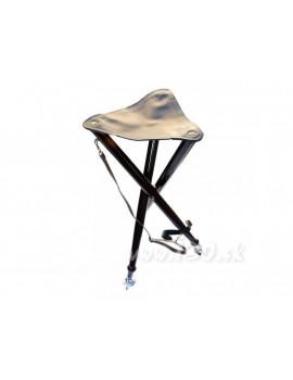 Stolička na postriežku s kovovými hrotmi